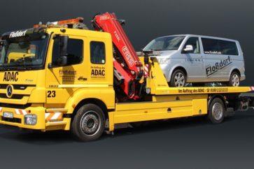 Abschleppwagen von Vorne ADAC mit Auto