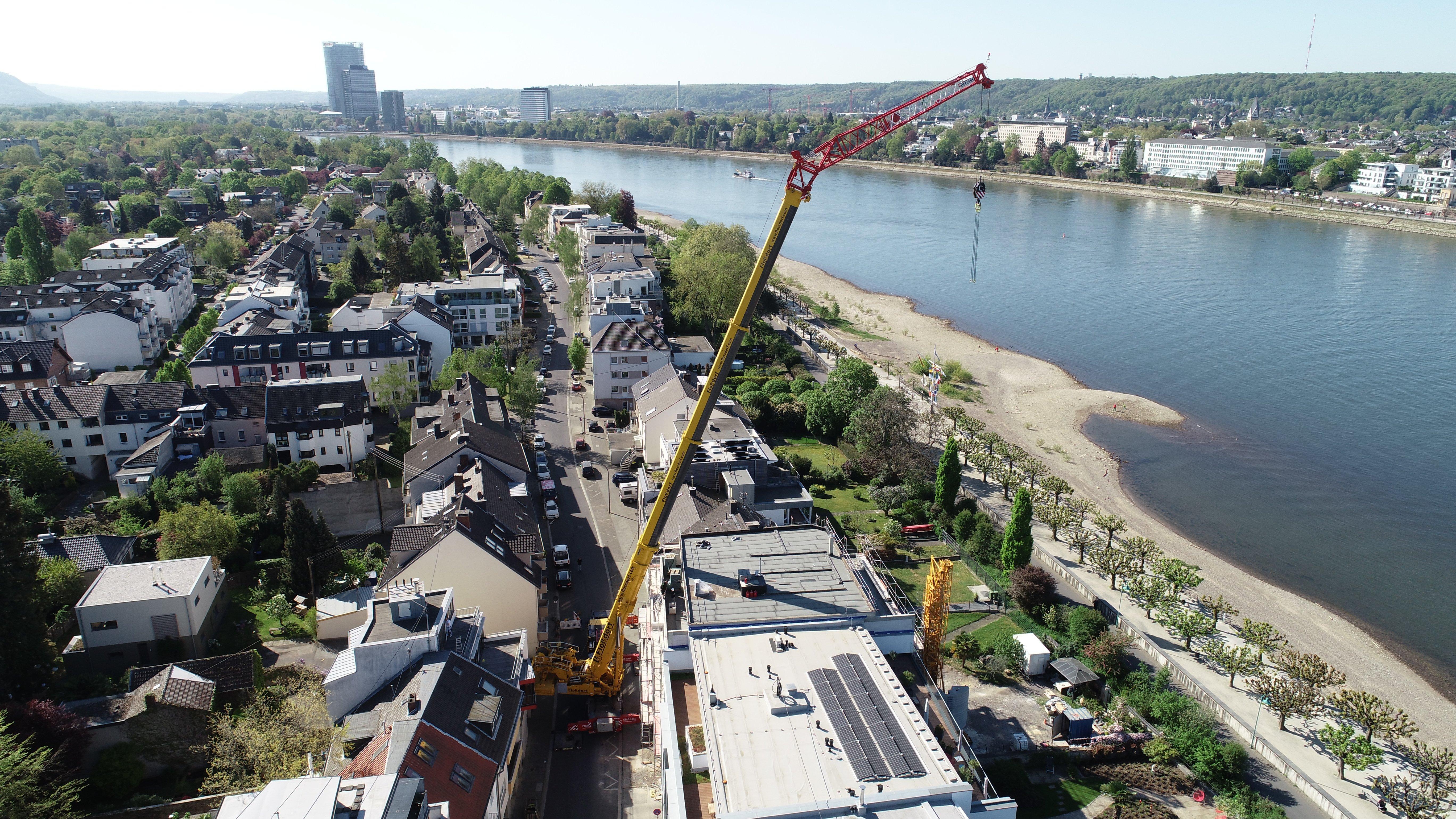 Kranarbeiten von Oben über den Häusern Rhein